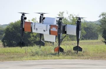 離陸する無人輸送機。中央の容器に荷物が入っている=26日、米テキサス州フォートワース郊外(共同)