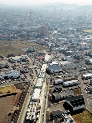 北陸新幹線高架橋の建設が進む福井県福井市内=2019年3月、福井市開発5丁目上空から日本空撮・小型無人機ドローンで撮影