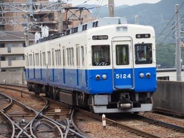 山下駅の2番線を出発後、スイッチバック運転をして1番線に入る能勢電鉄5100系と複雑な分岐器=2019年8月14日、兵庫県川西市で筆者撮影