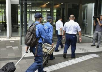 南海電鉄本社に入る運輸安全委員会の鉄道事故調査官ら=27日午前、大阪市