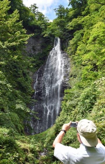 眺望が復活した「くろくまの滝」。落差85メートル、幅15メートルと県内最大級のスケールを誇る