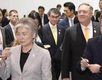 2日、3カ国外相会談を終え、会場から出てくる河野外相(中央)。左手前は韓国の康京和外相、右はポンペオ米国務長官=バンコク