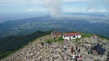 登山客が360度の見晴らしを楽しんだ岩木山山頂。左奥に見えるのは日本海=27日午後(東奥日報紙空撮チーム、関係機関の特別な許可を得て小型無人機で撮影)