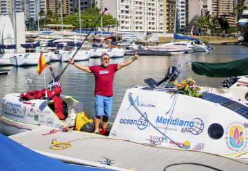 単独横断に成功したアントニオ・デラロサさん=26日、米ハワイ・ホノルル(共同)