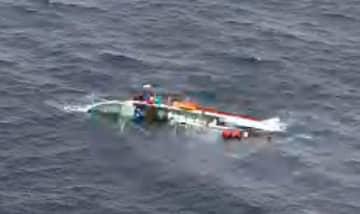 北海道釧路市沖で発見された第38順栄丸=28日午前(第1管区海上保安本部提供)