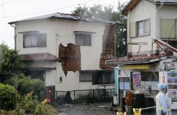 竜巻とみられる突風が発生し、外壁の一部が剥がれた住宅=28日午前11時41分、静岡県三島市