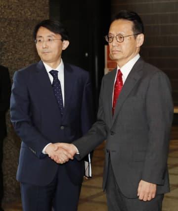6月、日本の外務省での協議の際に握手を交わす金丁漢アジア太平洋局長(左)と、外務省の金杉憲治アジア大洋州局長
