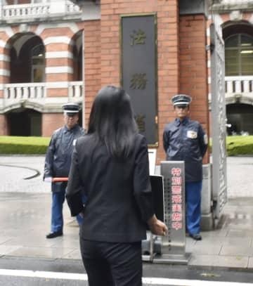 法務省(奥)に交通犯罪の時効撤廃を求める嘆願書を提出に向かう小関代里子さん=28日午後