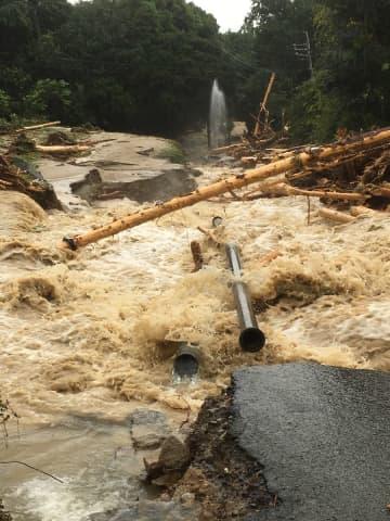 大雨による土砂災害で破損した送水・配水管=佐賀市金立町の金立高所配水池近く(市上下水道局提供)