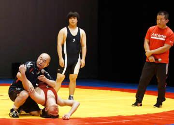 イベントで技の解説をする小林さん(左端)と永田さん(右端)=千葉市美浜文化ホール