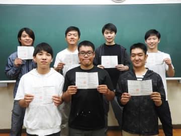 学科試験に合格した生徒たち=長崎市、県立長崎工業高