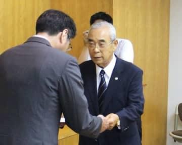 プロ球団招致 新潟市長に要望書 野球2団体 ドーム球場建設も