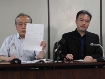Yoshihiro Kando/BuzzFeed 8月29日に会見した常岡浩介さん(右)と清水勉弁護士