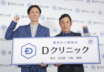 発表会に登場した「ナインティナイン」の矢部浩之(左)と岡村隆史=29日、東京都内