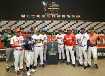 野球のU18W杯前の記者会見で、写真に納まる高校日本代表の永田監督(左から4人目)ら=29日、韓国・釜山(共同)