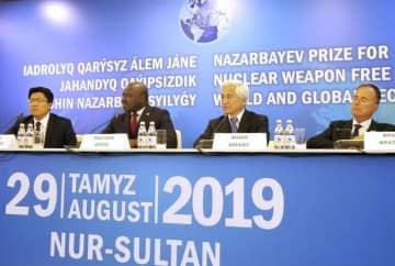29日、カザフスタンの首都ヌルスルタンで、IAEAの故天野之弥事務局長の受賞について記者会見する弟万利氏(右から2人目)(同国外務省提供・共同)