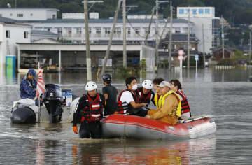 冠水による孤立状態が続く順天堂病院から、消防のボートで移動する職員ら=29日午後4時21分、佐賀県大町町