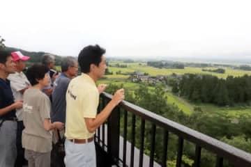 内覧会で公開された「トキのテラス」の屋上=29日、佐渡市新穂正明寺