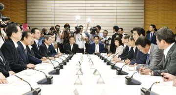 首相官邸で開かれた月例経済報告関係閣僚会議=30日午後
