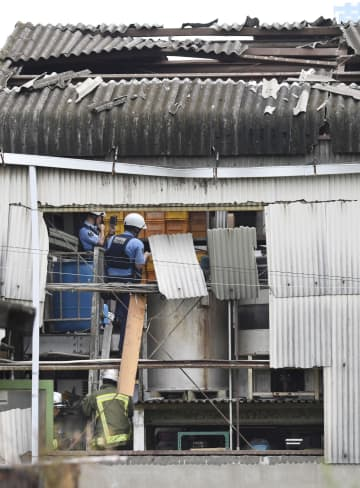 爆発があった化粧品製造業「デムライト」の工場=30日午後3時30分、名古屋市西区