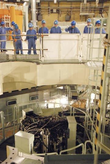 高速増殖原型炉もんじゅで核燃料の取り出し装置を確認する原子力規制委員会=30日午後、福井県敦賀市