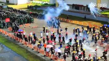 中国の短文投稿サイト「微博」の人民日報公式アカウントに投稿された、武装警察が「暴徒」を制圧する大規模訓練の映像の一場面(共同)