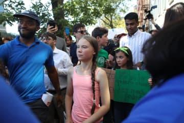 国連本部前の集会に参加したグレタ・トゥンベリさん=30日、ニューヨーク(AP=共同)