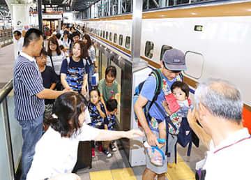 家族に見送られ北陸新幹線に乗り込む帰省客=16日午後1時5分ごろ、富山駅