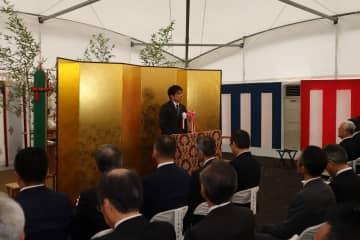 市や県、工事関係者らが出席した起工式であいさつする田上市長=長崎市魚の町