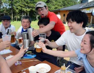 工場で製造したばかりのビールで乾杯する参加者
