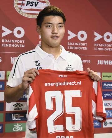 オランダ1部リーグ、PSVアイントホーフェンに加入し、背番号25のユニホームを掲げる堂安律=31日、アイントホーフェン(共同)