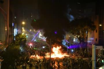 香港で過激デモ 湾仔警察本部付近で放火