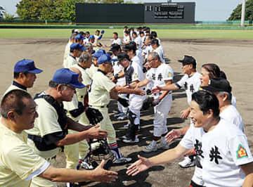 試合前に握手する桜井(右)と星稜のOB。右手前は森岡さん=宮野球場