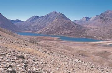 ネパール(山の向こう側)から国境の峠マンゲン・ラを越えた河口慧海は右奥の谷を下り、チベット側にある「長方形」の湖(中央)に到達したとみられる=2005年10月6日、根深さん撮影