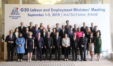 G20労働雇用相会合に参加した各国の閣僚ら。前列中央は根本厚労相=1日午後、松山市