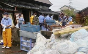 浸水被害を受けた佐賀県大町町の住宅で続く復興作業=1日