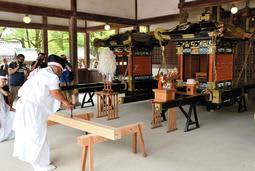 激しく損傷した神輿の修復に取り掛かる「鑿入れ祭」=姫路市白浜町