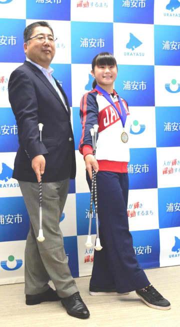 世界大会で快挙を達成し、内田市長に報告した上田さん=浦安市役所
