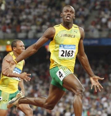 2008年の北京五輪陸上男子100メートルで、9秒69の世界新記録(当時)でゴールするウサイン・ボルト氏(共同)