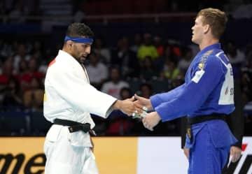 8月28日、柔道の世界選手権男子81キロ級準決勝でベルギー選手(右)に敗れ、握手を交わすイラン代表のサイード・モラエイ=東京・日本武道館
