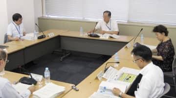2018年度版原子力白書を決定した原子力委の会合=2日午後、東京都千代田区