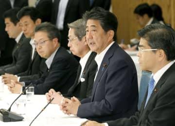 政府与党連絡会議であいさつする安倍首相=2日午後、首相官邸