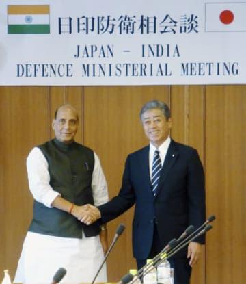 会談に臨むインドのシン国防相(左)と岩屋防衛相=2日午後、防衛省