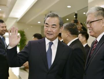 平壌国際空港に到着した中国の王毅国務委員兼外相(手前左)=2日(共同)