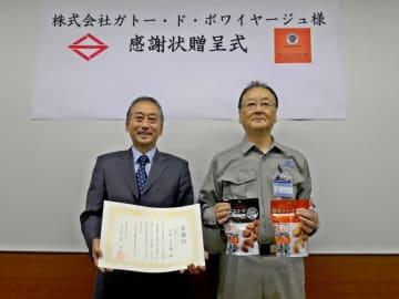 感謝状贈呈式に出席した吉田会長(左)と荒井危機管理監=横浜市役所