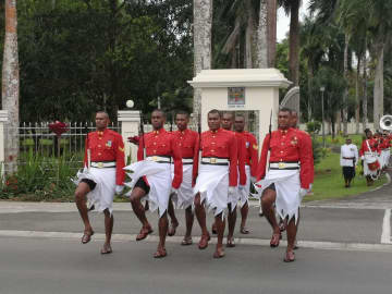 フィジー大統領府の衛兵交代式、外国人観光客の人気集める