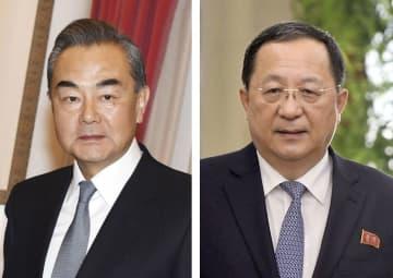 中国の王毅国務委員兼外相、北朝鮮の李容浩外相