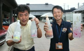 「豊後高田の新たな名物になってもらいたい」と語る製造者の山田尚司代表(左)ら=豊後高田市新町の昭和ロマン蔵