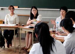 仕事としての農業について意見を交わす女性農業者と女子高校生たち=加古川市平岡町新在家、兵庫県立農業高校