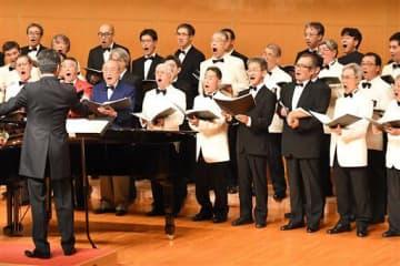 合同合唱で重厚なハーモニーを響かせた各男声合唱団のメンバー